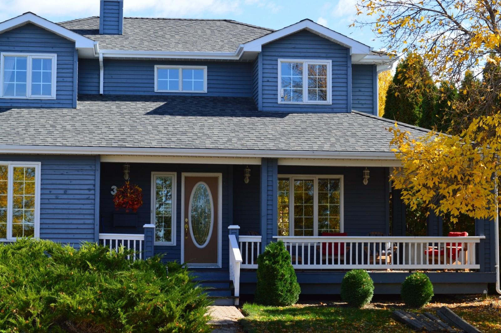 Belle maison bleue en automne
